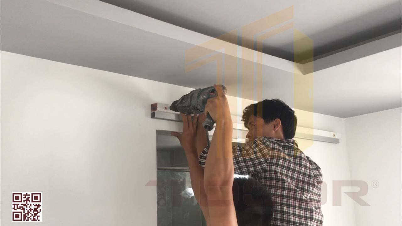 Lắp giá đở bằng gỗ cùng hệ ray cửa lùa vào tường