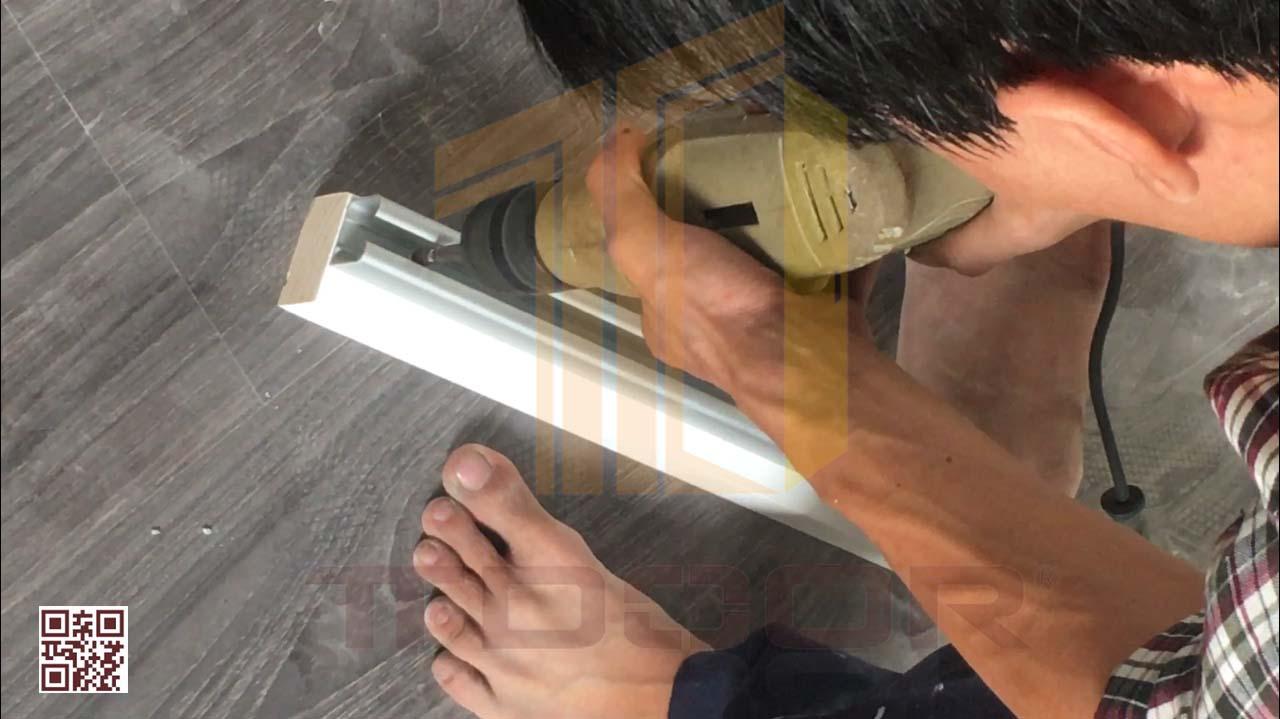 Lắp ray cửa lùa vào giá đỡ bằng gỗ
